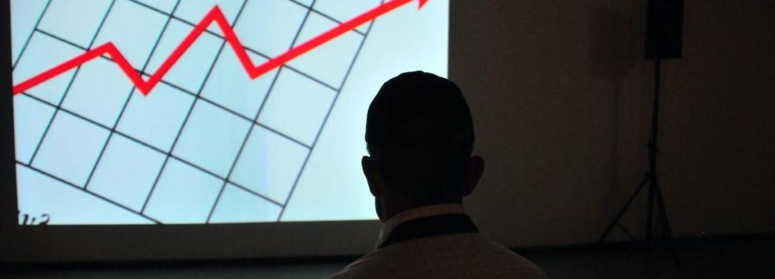 mand kigger på rente graf